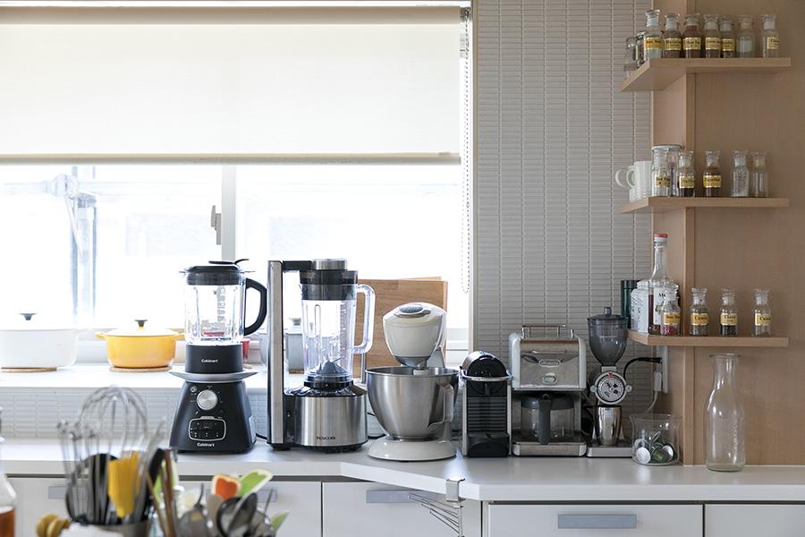 調理道具やスパイスが使い勝手よく並べられたキッチン。