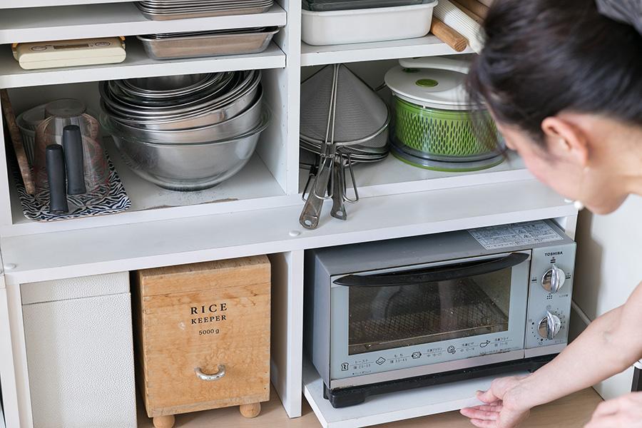 カウンター下の棚はご主人のお手製。トースターは引き出せるようにした。