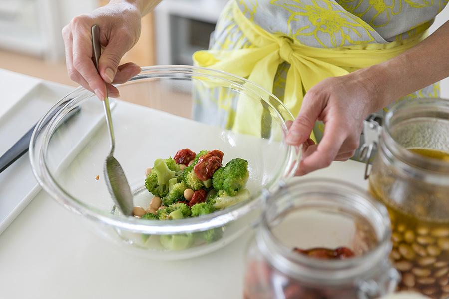 セミドライトマトのオーブン焼き、大豆のマリネなどの便利な常備菜で、パパッとサラダをつくる。