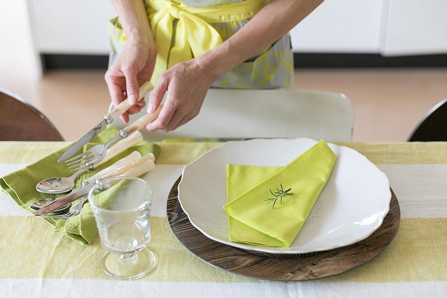 テーブルコーディネートの仕上げに、その日の料理に使ったフレッシュハーブを散らすのがCitronヨーコさん流。