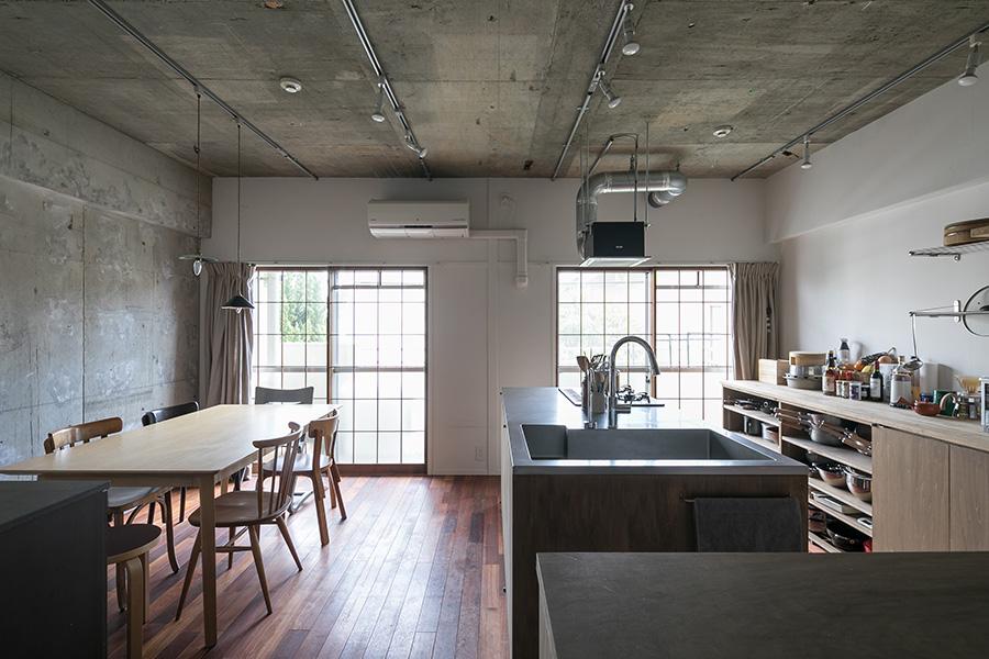 料理教室がしやすく、かつ普段の料理の動線も考えてフルオーダーしたアイランドキッチン。窓の障子戸は障子紙を貼らずに残すことで、和食の料理教室らしさが感じられる落ち着いた雰囲気になった。