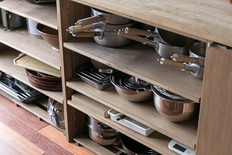 扉がないので、料理教室で使う鍋やボウルなどの調理器具が取り出しやすく仕舞いやすい。「使い終わった道具を戻す場所がわかりやすいので、生徒さんの使い勝手もよいと思います」