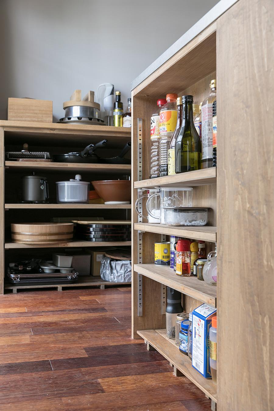 調味料はアイランドキッチンのサイドに棚を作って収納。真似したいアイディア!