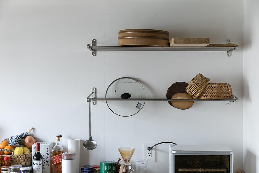 壁のラックには、寿司桶やまな板、カゴなどを乾かしながら収納。