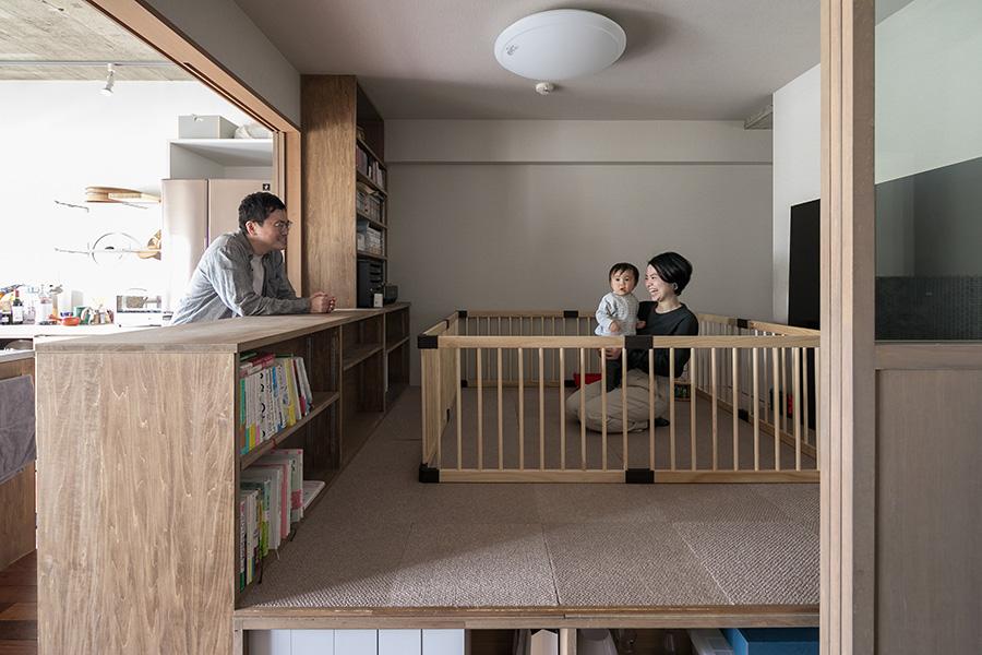 貴暁さんと木綿子さん、1歳の喜晴くんの3人家族。リビングの一部は床を上げて空間を仕切った。