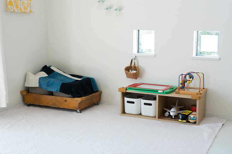 毎日遊ぶ1軍のおもちゃは床上に。左は和菓子さんの桶にキャスターを取り付けて使用。掃除に便利。