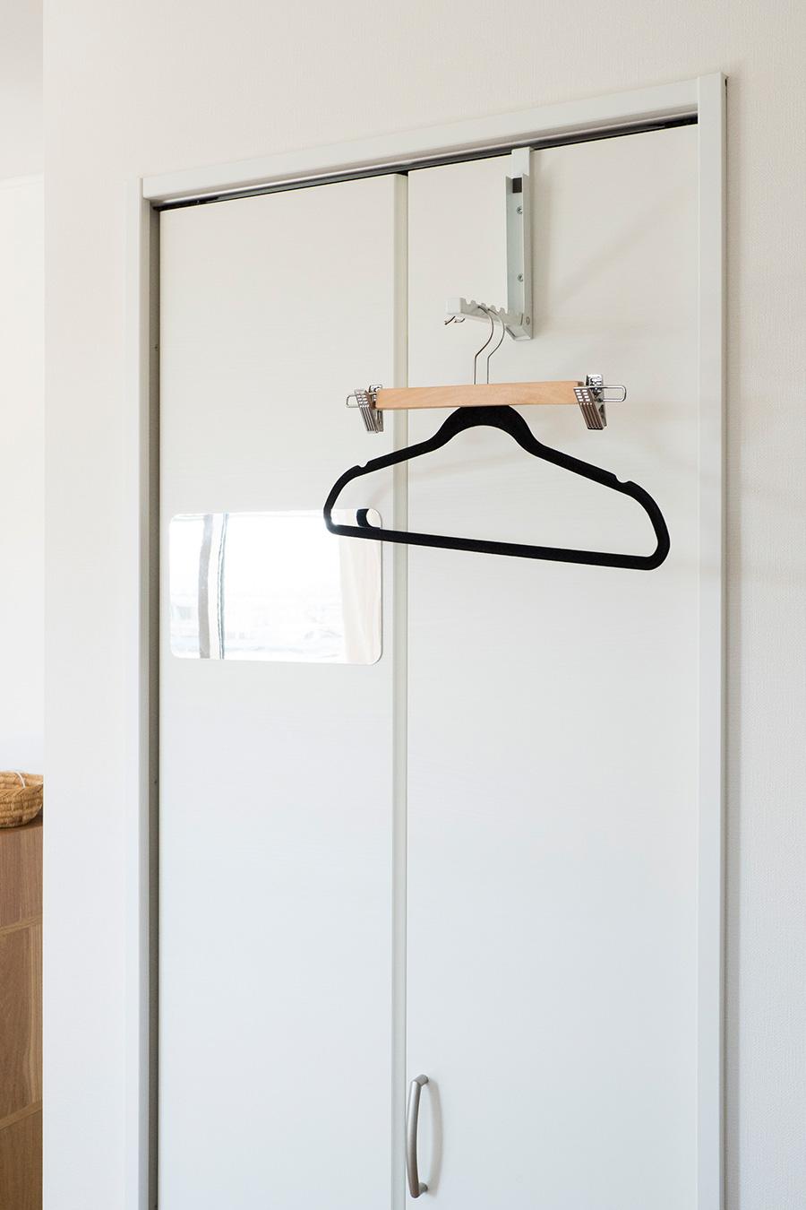 帰宅後の動線上にスーツをかけるハンガーを。山崎実業の扉にかけられるフックが重宝しているそう。