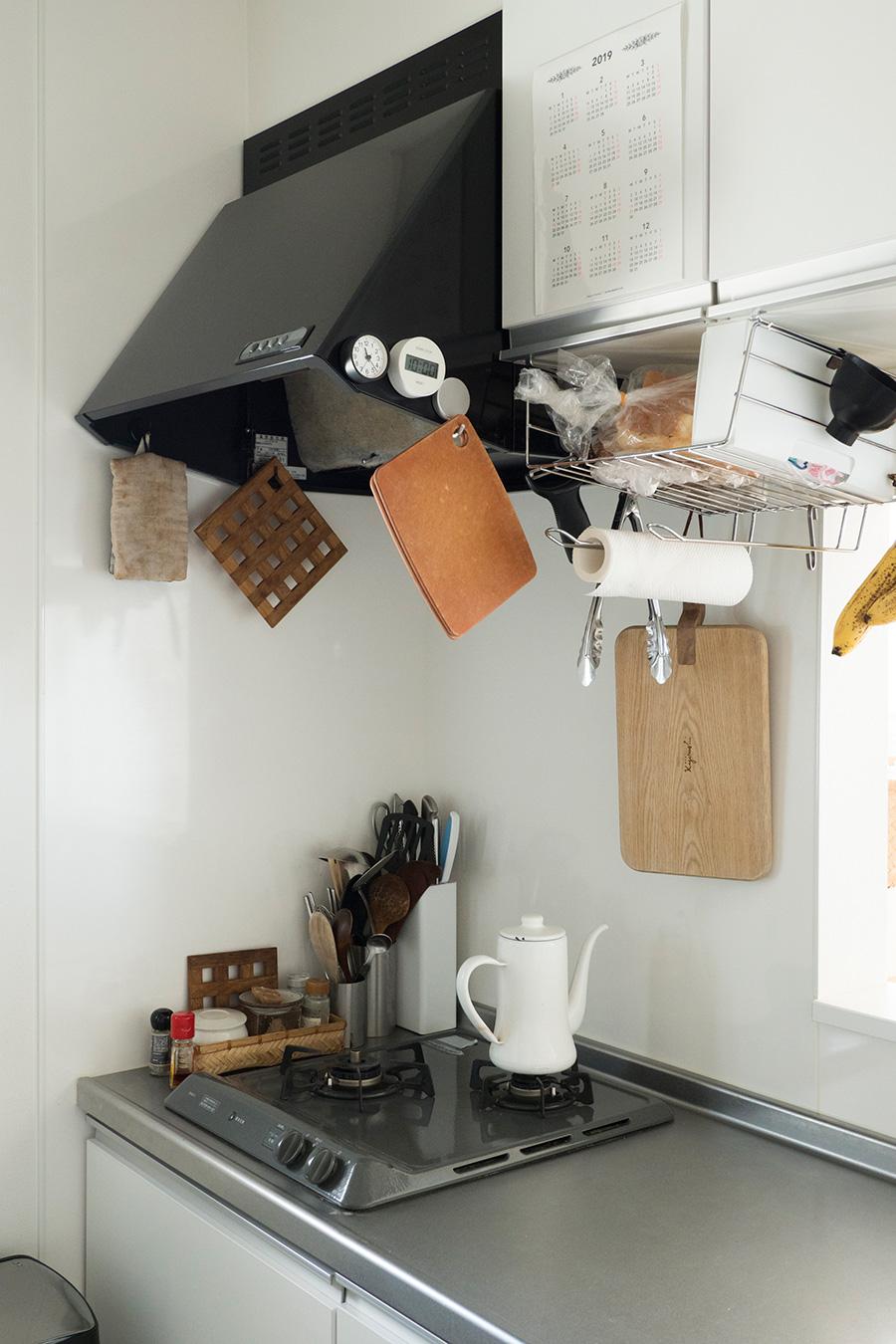 1軍の調理道具はコンロまわりに。空中に吊るすことで収納力をアップするとともに使いやすくなる。