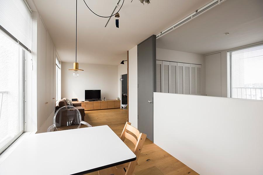 キッチン側からリビング側を。リビングを広めにとり、奥の子供部屋を凹ませていることで、空間に奥行きが感じられる。腰壁、奥の部屋の垂れ壁は開口の幅に合わせて設定。