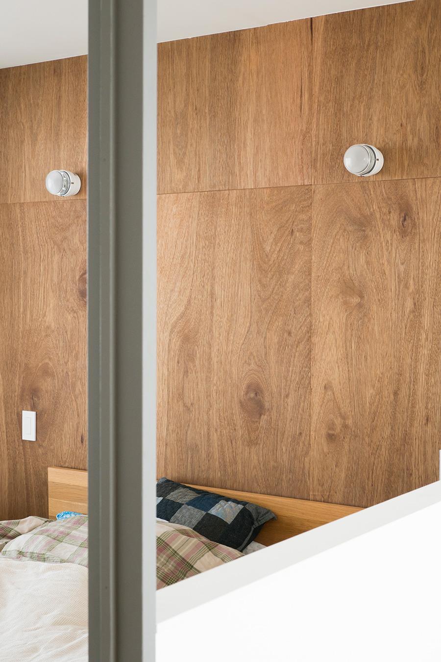 ベッドルームはホテルを意識して壁面をアレンジ。ジョエ・コロンボの照明を採用。