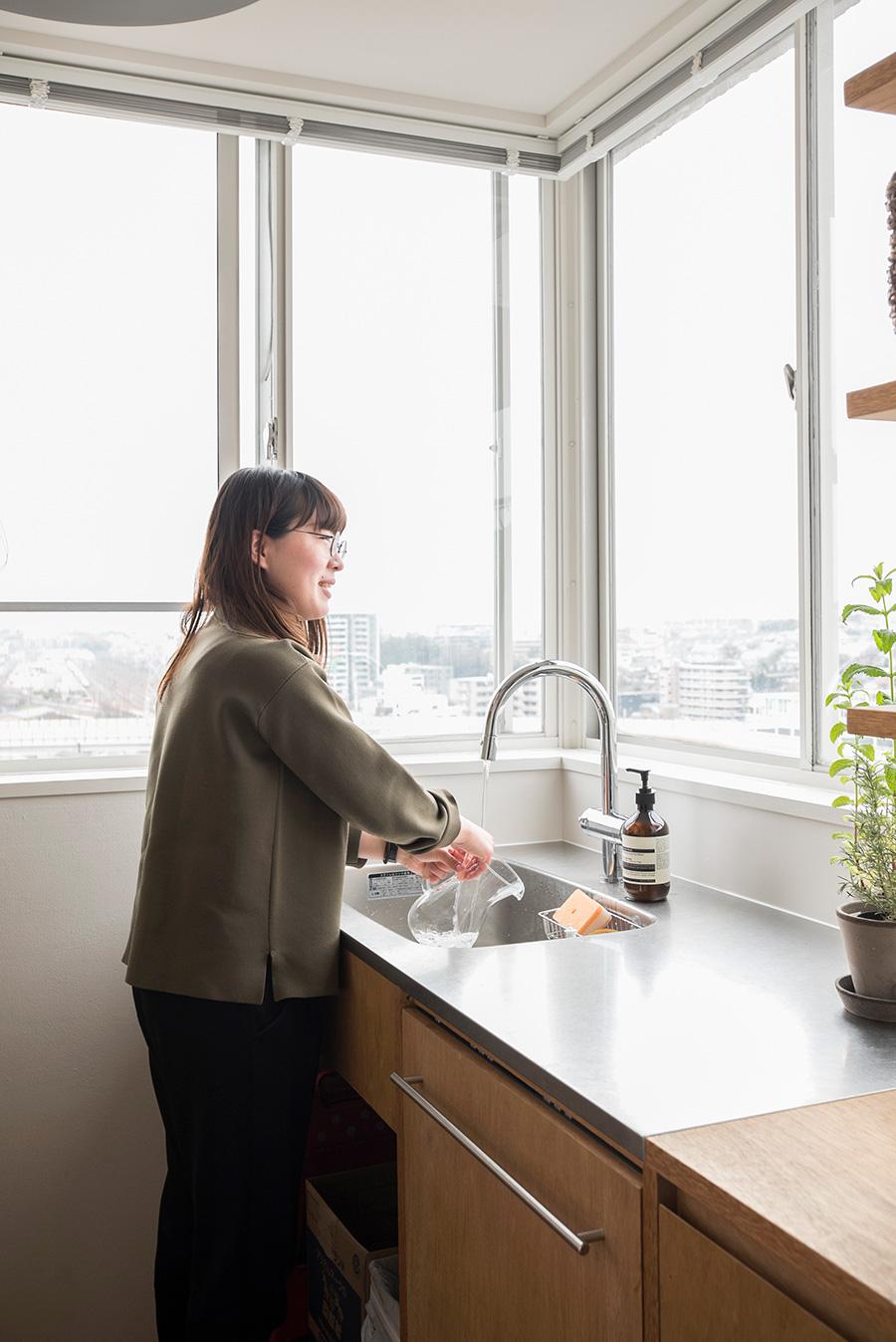 洗いものをしながら遠くの街を一望。食洗機は寛子さんがどうしても使いたかったASKOを採用。
