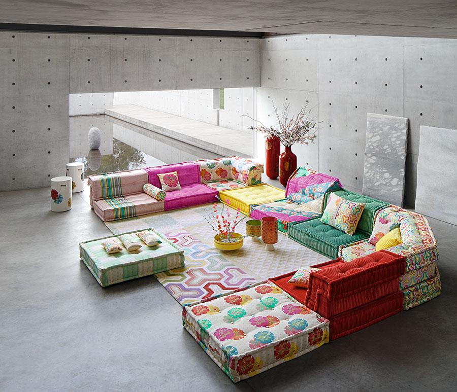 """""""色のパワーをインテリアに生かす""""の1回目から、今回の3回目まで、美しい色使いで知られるフランスのインテリアブランド『Roche Bobois』に取材協力をお願いした。このソファは 『Roche Bobois』を代表する人気ソファ「Mah Jong」。好きな柄や色の95cm角のシートを自由に組み合わせて使うことができる。"""