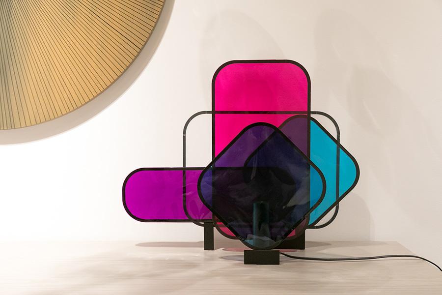 カラフルな半透明のプレートを組み合わせた照明器具。プレートの重なりで色が変化する様も面白い。