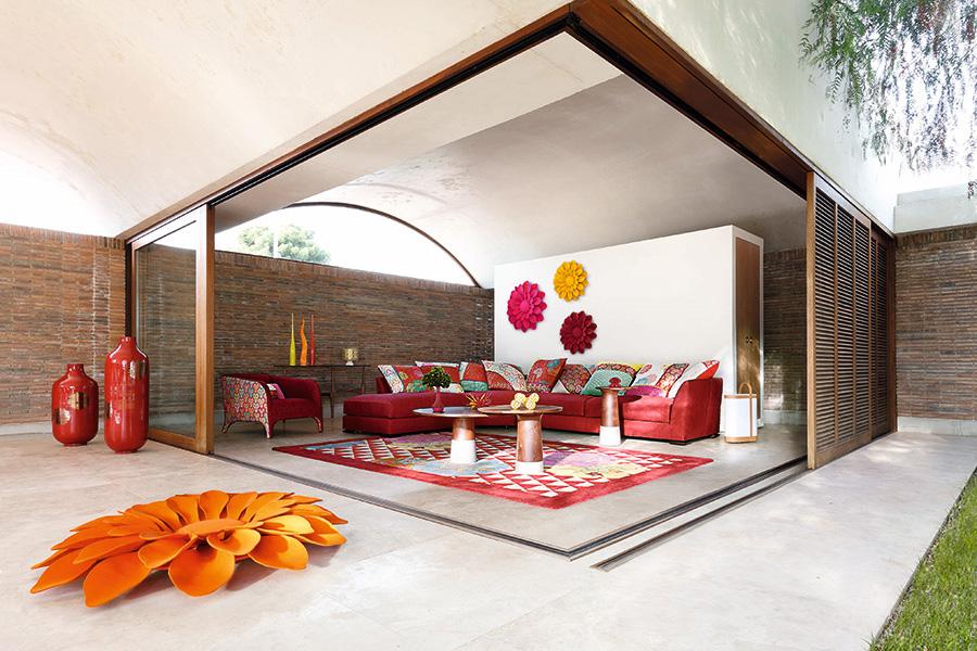 明るく風通しのいいリビングに、赤やオレンジの家具をアレンジ。いつまでも活動的なシニアでいたい。