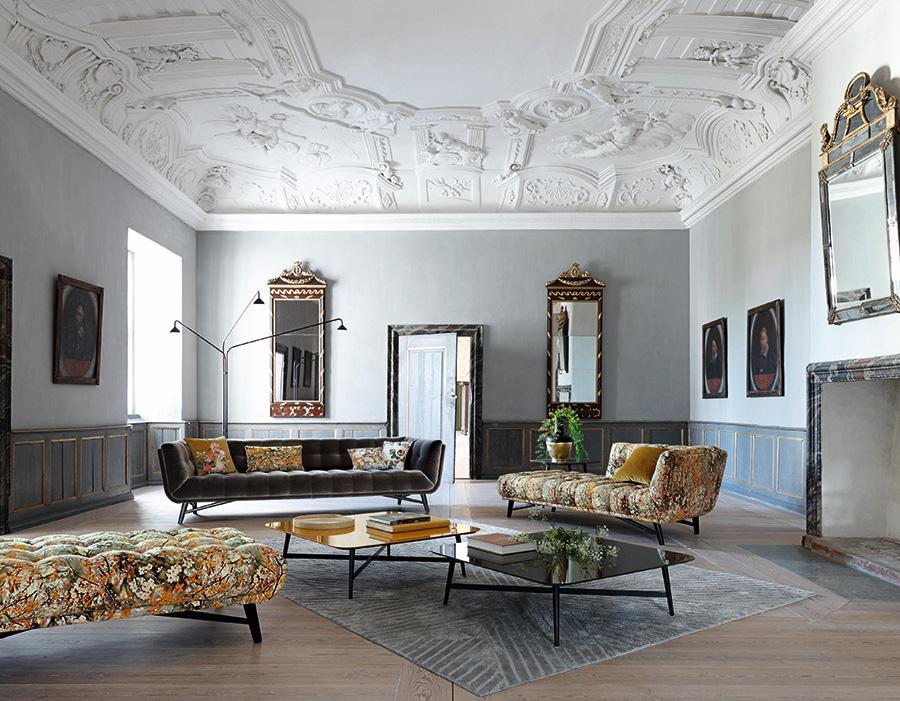 落ち着きの中にも華やかさが感じられる茶系の花柄のソファを使ったインテリア・コーディネイト。