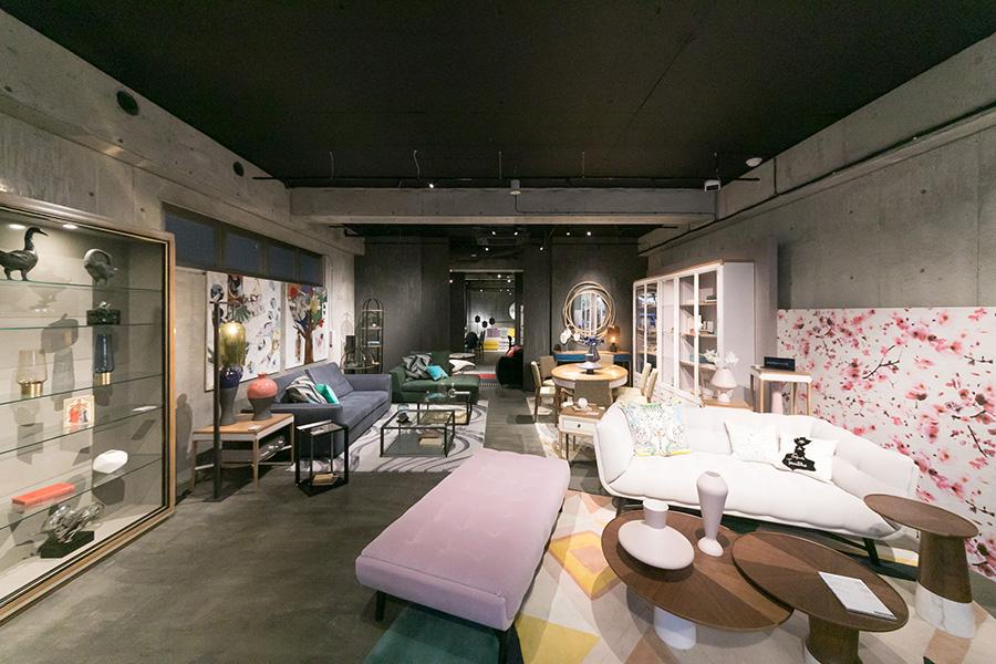今回の色のシリーズはすべて『Roche Bobois』 で、志村さんに色のストーリーを聞いた。豊富なカラーバリエーションが揃う『Roche Bobois』 は、色で家具を選びたい時にとても頼りになる店だ。