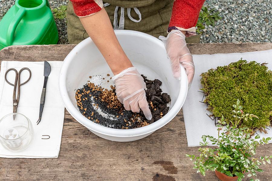 ②土をあまり潰さないよう気をつけつつ、ほぐしながら混ぜる。