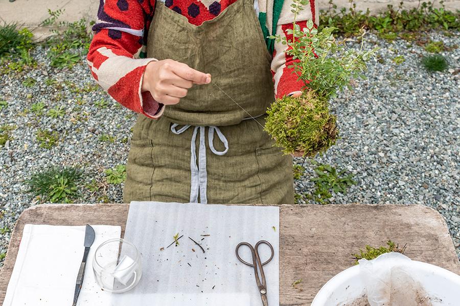 ⑪糸は同じところを巻かないように、斜め45度くらいずつずらして50〜60回程巻く。