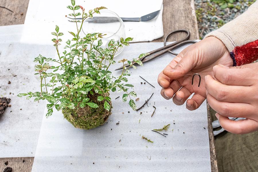 ⑫10cm程糸を残してカットし、糸の端にピンを引っ掛けて留める。