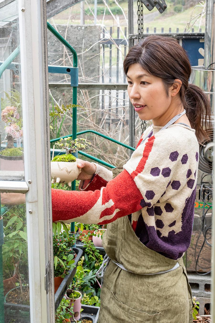 苔玉とミニ盆栽のお店「緑庵-midorian-」の幸加木菊恵さん。ネットでも完成品を販売するほか、ワークショップも開催。