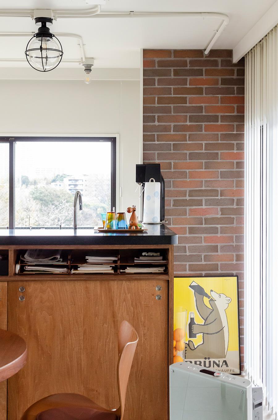 キッチン横にある構造体をレンガで覆ってアクセントに。