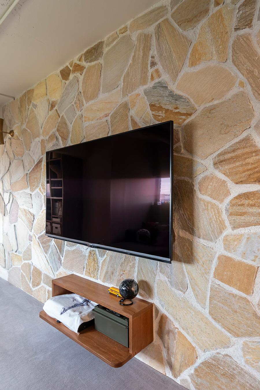 テレビ台をはじめ、大型家具の多くは造作した。