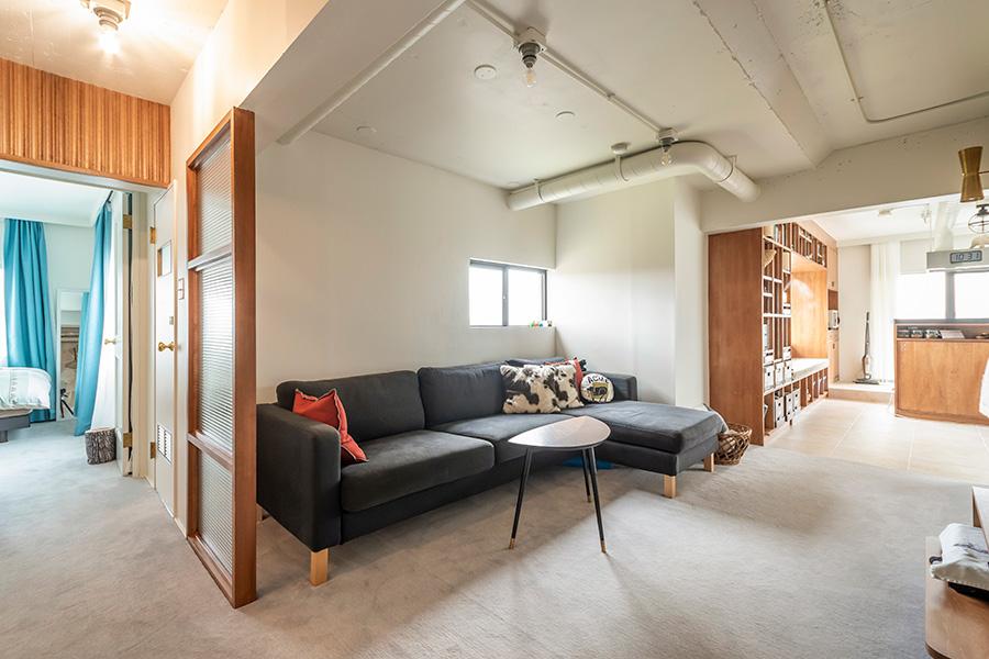 生活空間は、床に足触りのいいカーペットを選択。
