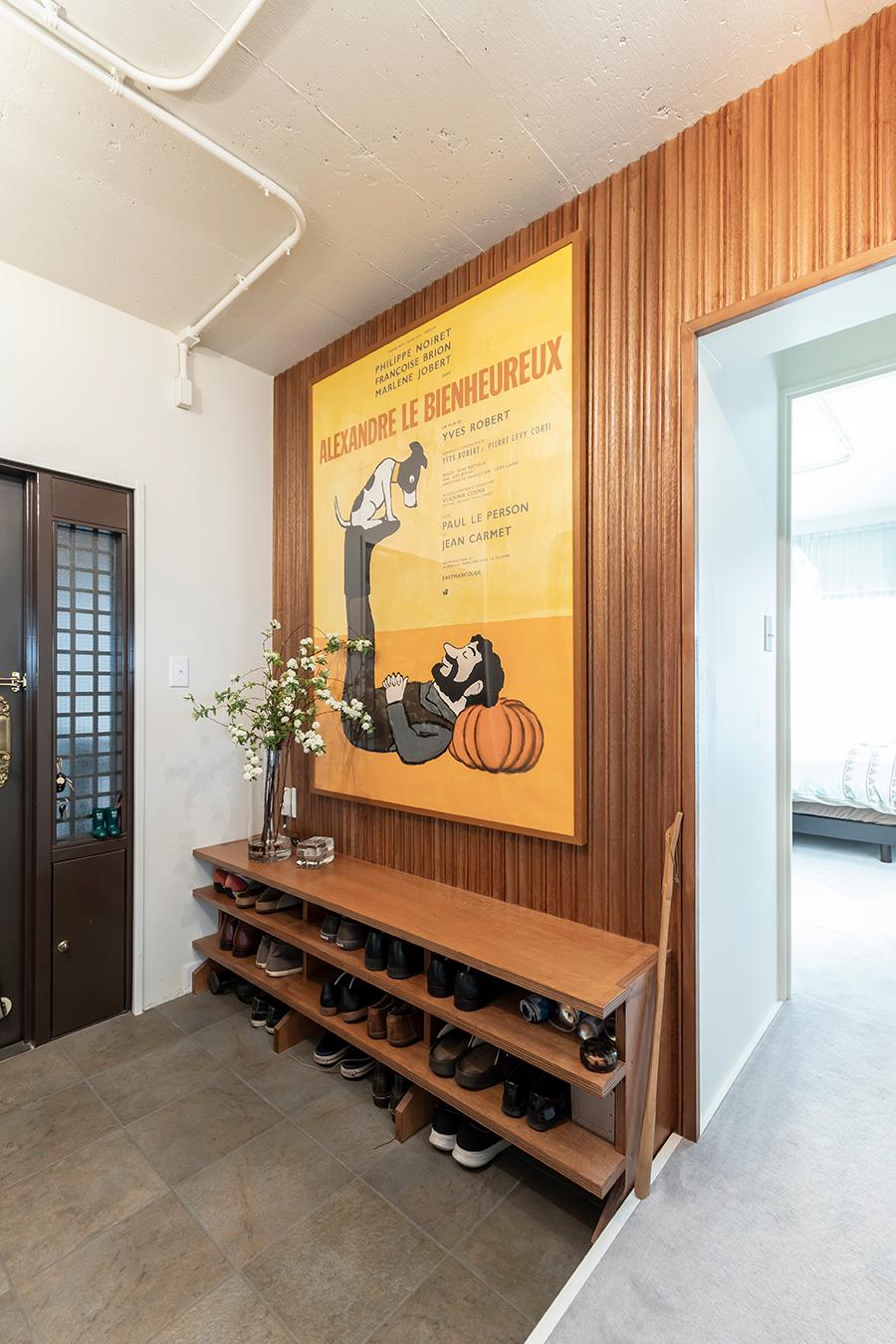 玄関の壁にはコペンハーゲンリブを採用。