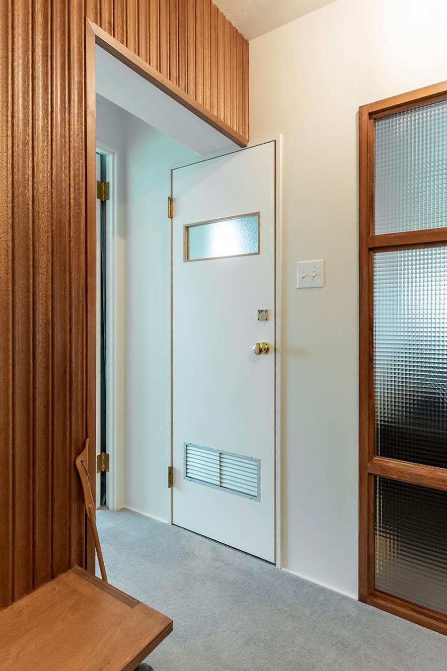 高さはトイレのドアに合わせて統一感を。