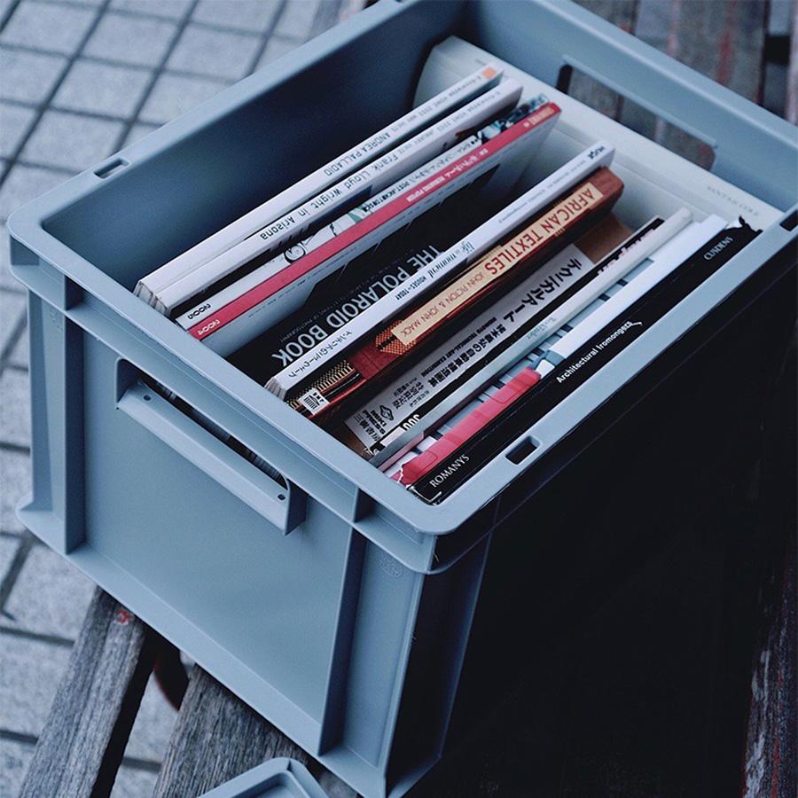 小さめの23Lには書籍や雑誌を。コンテナ自体は軽量で、取手付きなので持ち運びも容易。