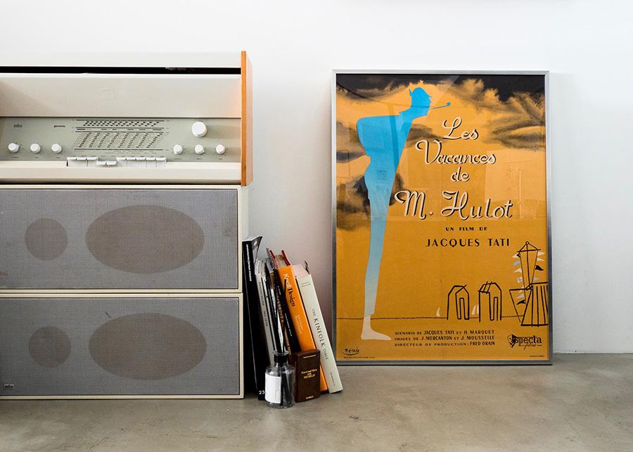 床置きもおすすめ。オーディオの横に映画や音楽のポスターを並べるなど、モノとアートを関連付けるとより豊かな空間に。