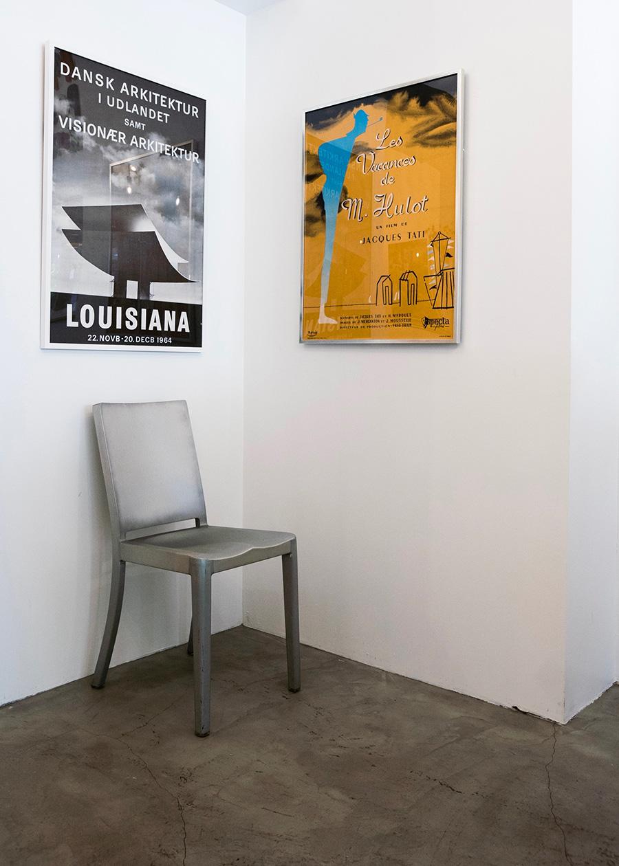 """190508pos-008周りに家具など置かれていない何もない壁の場合は140~150cmの高さにポスターの中心がくるようにレイアウトするとバランスがいい。 左から 1964年にデンマークで開催された建築物のエキシビションポスター  ¥70,200 ジャック・タチ監督によるフランス映画""""Les Vacances de m.Hulot(僕の伯父さんの休暇)""""の1961年版ポスター ¥90,000"""
