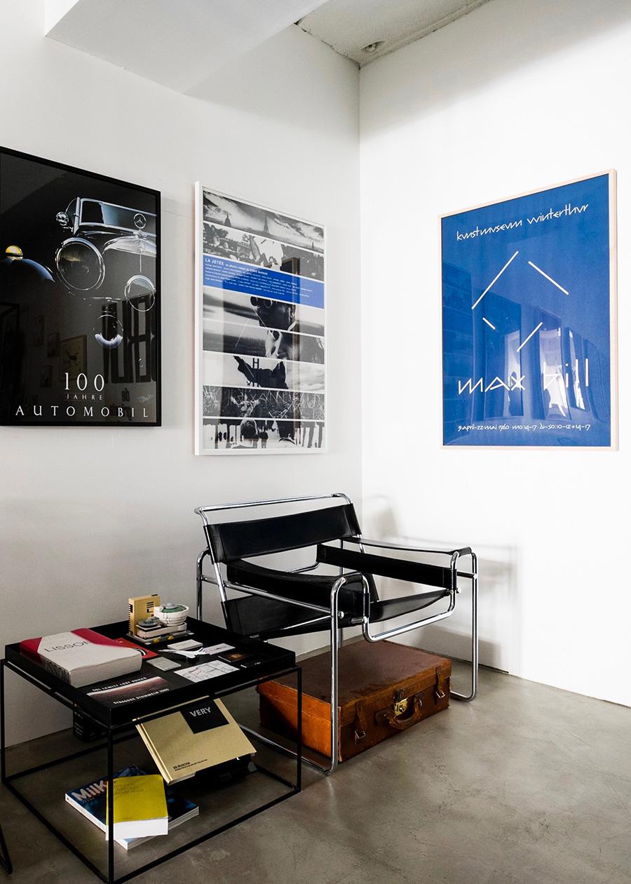 """違うジャンルのポスターでも色などで繋がりを持たせる。""""写真""""〜""""写真+青""""〜""""青""""という流れでレイアウトした例。 左から メルセデス・ベンツが自動車の100周年を記念して発表したポスター  ¥40,000 1962年のフランス映画""""La Jetée""""の映画ポスター  ¥89,000 MaxBill展のエキシビジョンポスター  ¥300,000"""