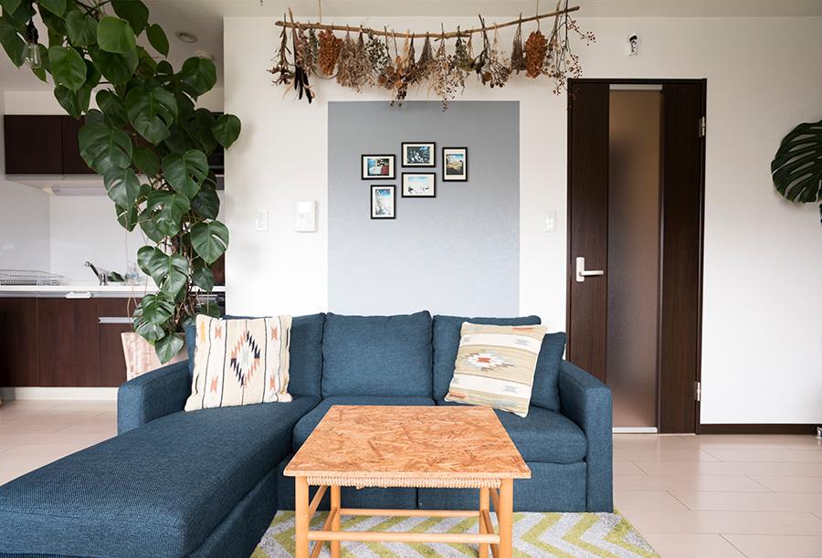 自分でつくったドライフラワーを、流木を使ってディスプレイ。ソファーはばらすことができるので、室内で大きな作品を創るときに便利だそう。