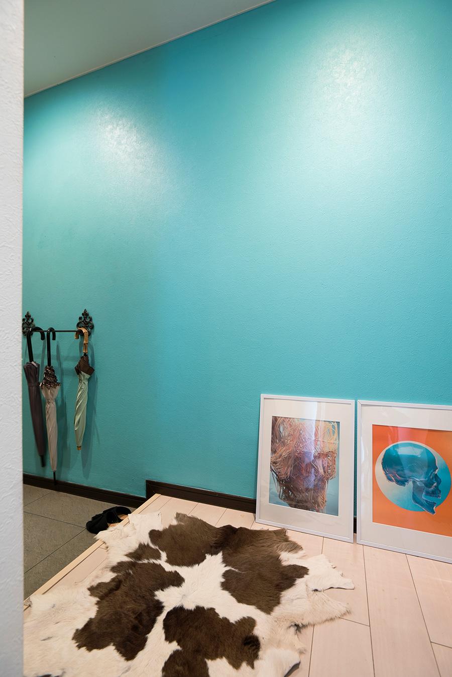 玄関は鮮やかなブルーがお出迎え。この先にストレージにしている小部屋が。