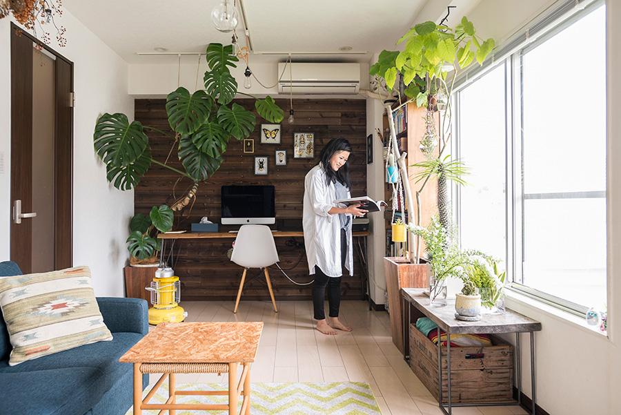 自宅で仕事をする時間が長いというカトウさん。余裕のあるスペースと明るい日差しが、居心地のよさを確保してくれる。
