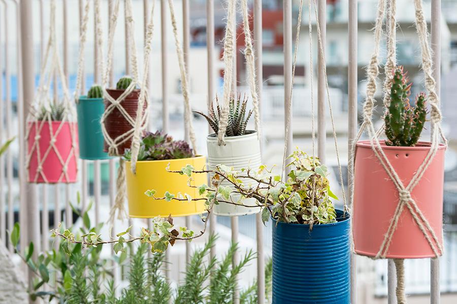 植物をハンギングするマクラメも手づくり。空き缶などは手を加えて再利用。