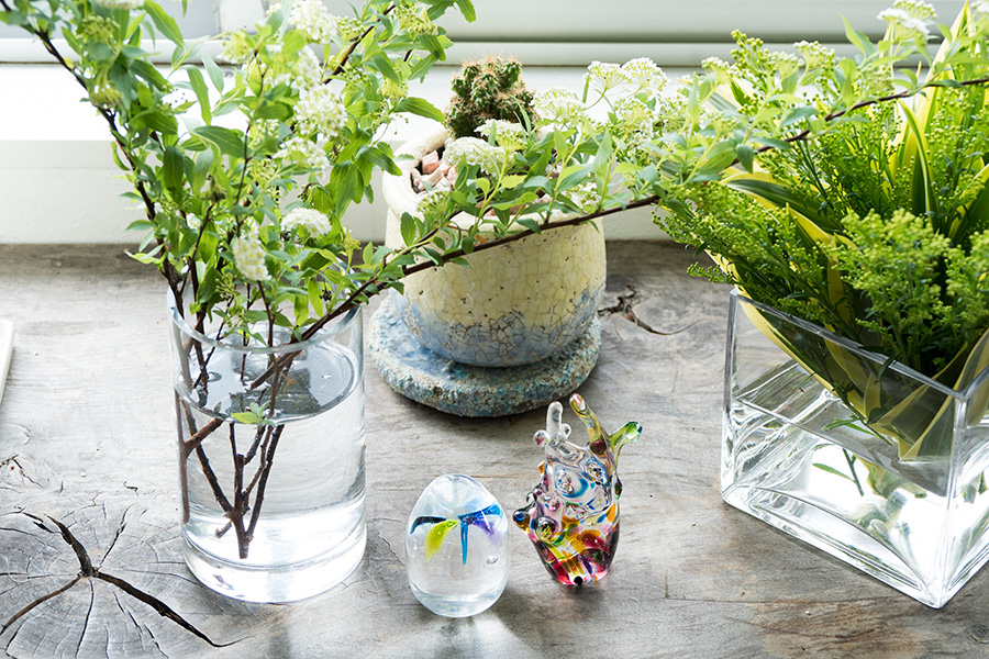 お花もいつも欠かさない。ガラスの置き物は学生時代に制作したもの。