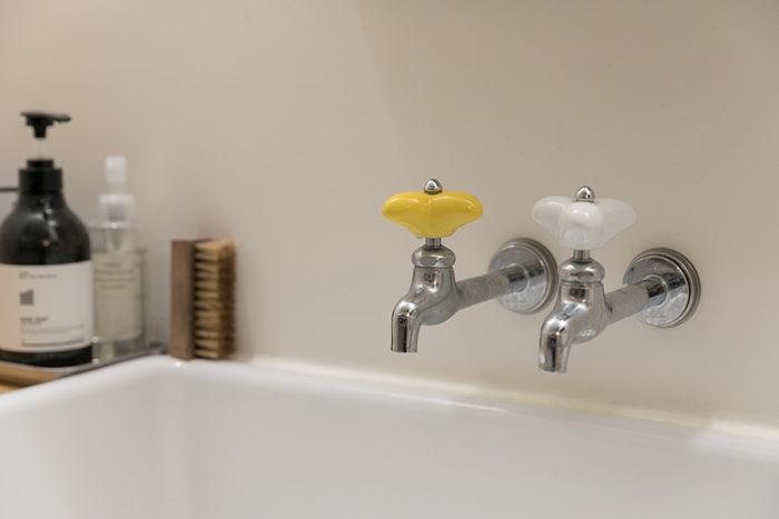 洗面台の蛇口のハンドルにイエローとホワイトを使う遊びゴコロ。