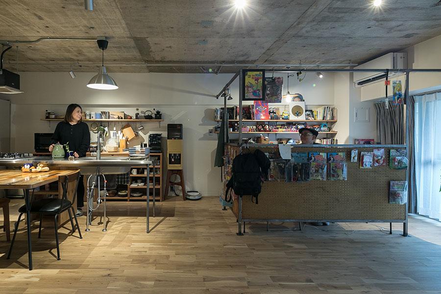雄太さんのデスクがある作業スペースは、趣味に没頭していても、お互いの顔が見えるように工夫した。アイランドキッチンの足元はすっきりさせて、風通しのよいリビングに。