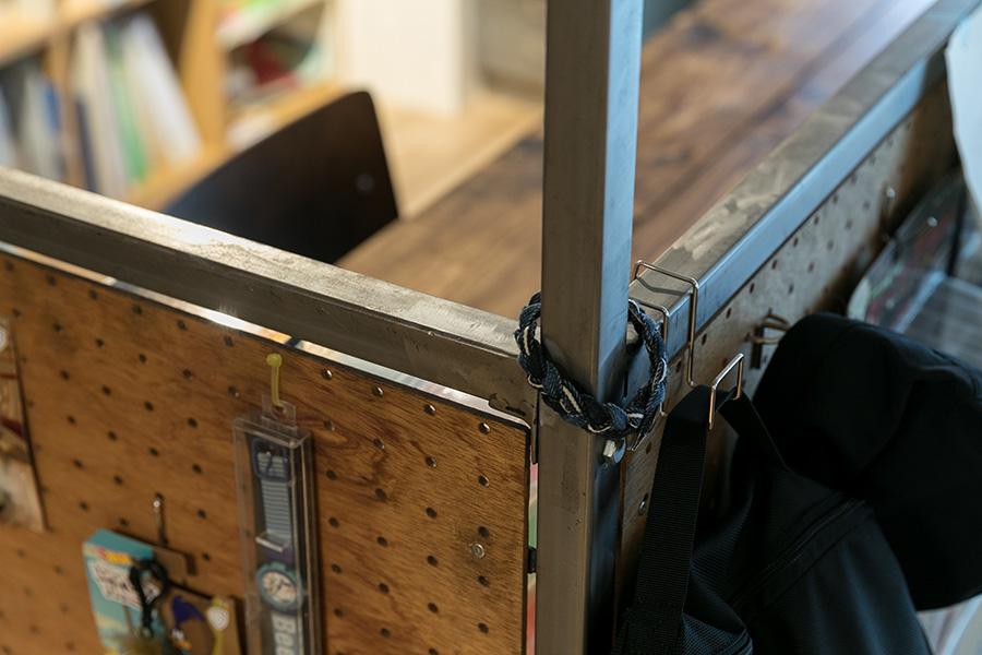 ラワン材の有孔ボードに、お気に入りのグッズをディスプレイ。塗装をしていないアイアンのフレームの素材感がクール。