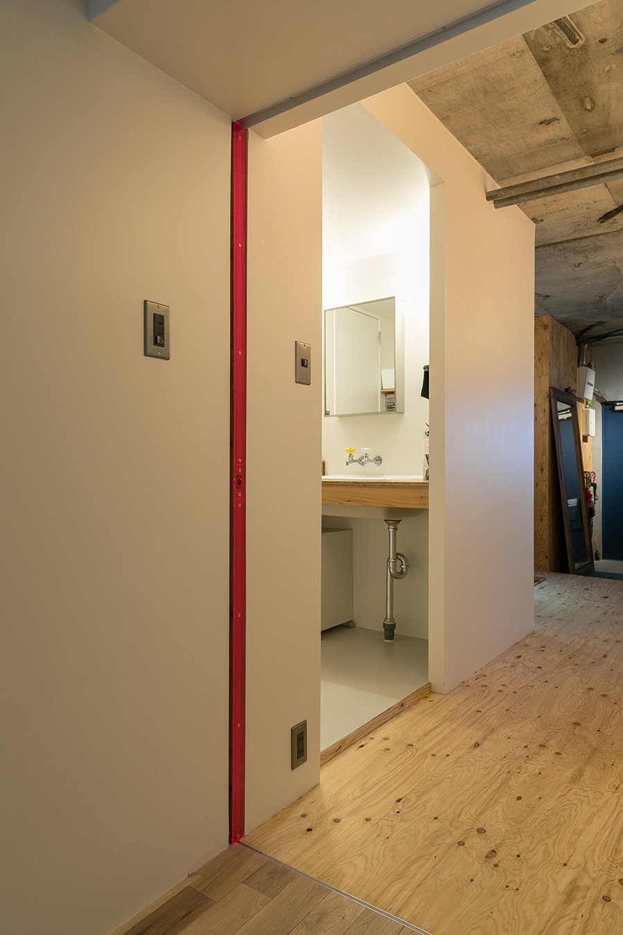 引き戸が壁の中に収納されている。ピンクの小口がアクセントに。