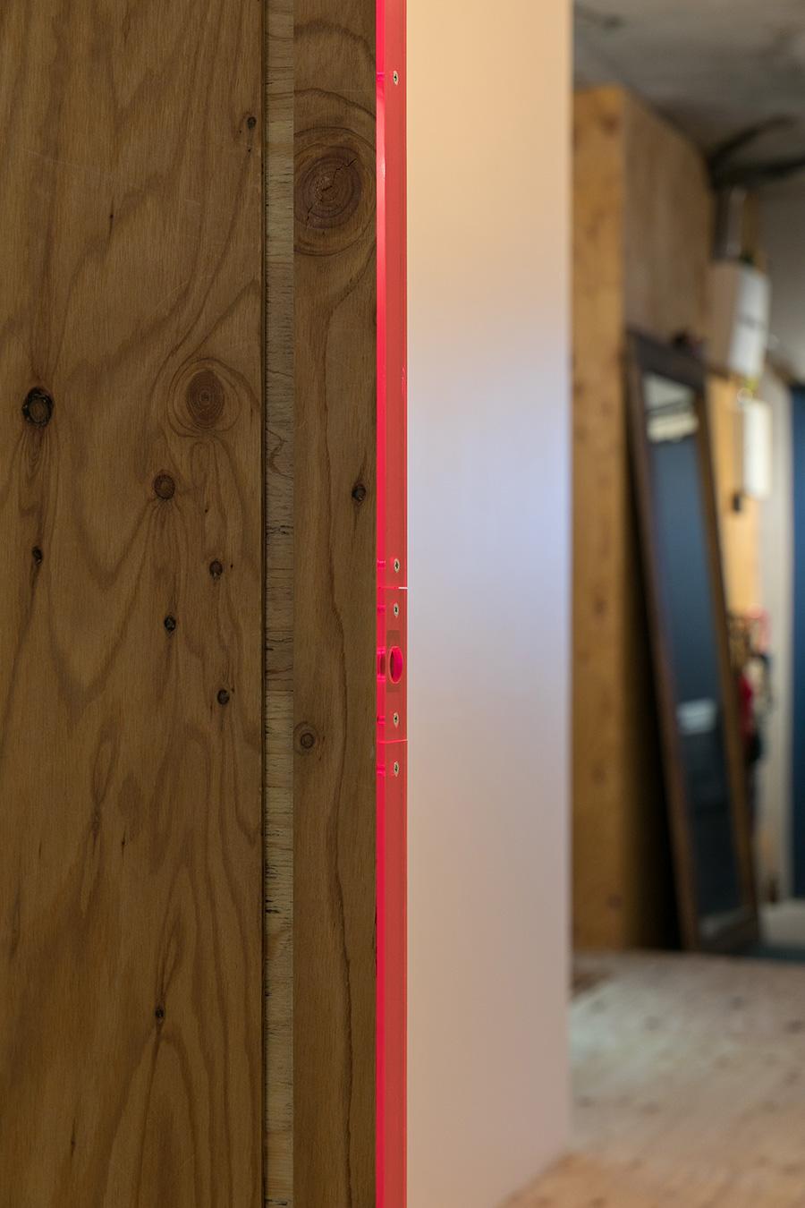 ピンクの集光アクリルとラーチ合板の組み合わせがクール。