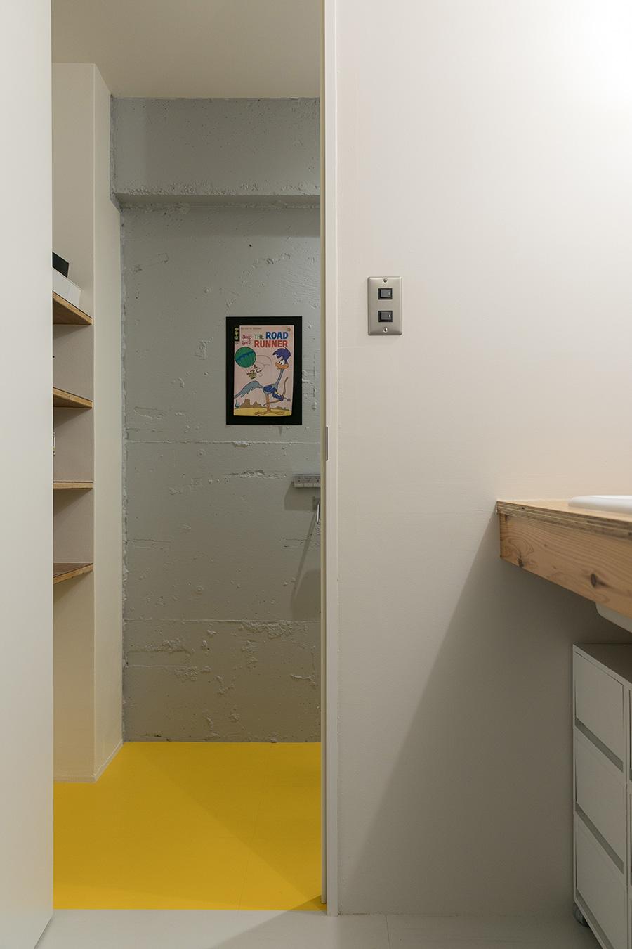 トイレは、床がイエロー、壁はグレーにペイント。イエローとグレーの組み合わせがキャラクターの世界観によく似合う。