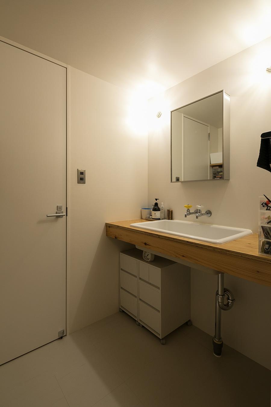 洗面台はラーチ合板、シンクは実験用のものを使い、カジュアルに。