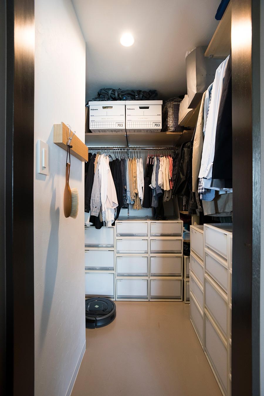収納ケースやボックスを整然と活用。白い紙を使ってケースの中身を隠すことでごちゃついて見えるのを防いでいる。シーズンオフの靴もここに収納。