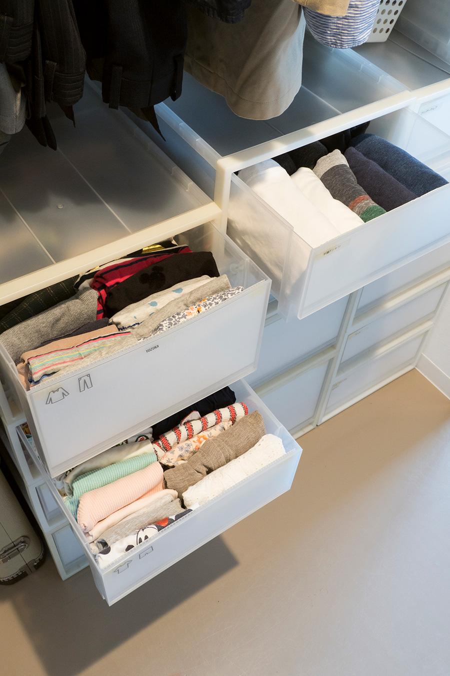 Tシャツなどは立てて収納することで、選びやすくなる。中身が分かるよう、イラストでラベリング。