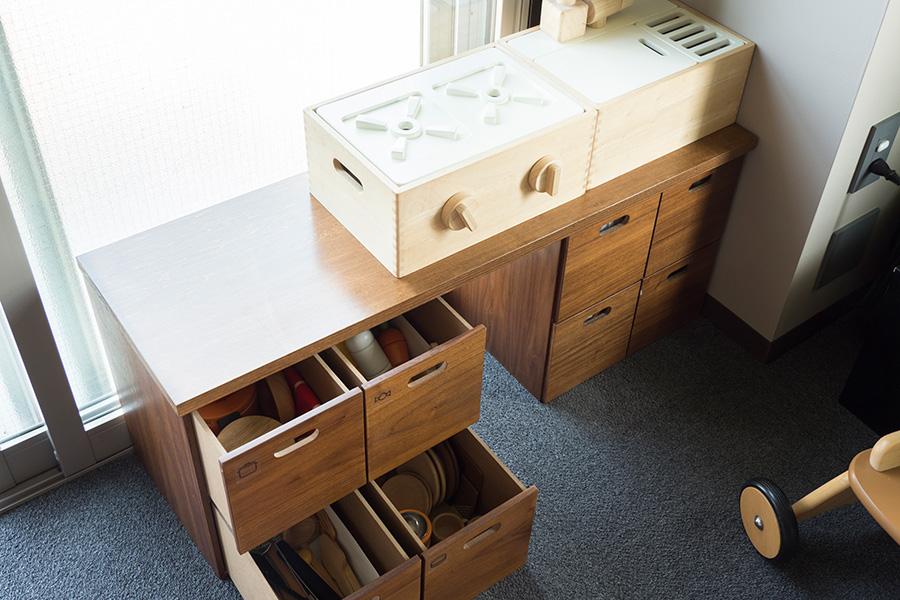 おままごとキッチンもスタッキングできるところがお気に入り。ここには木製のおもちゃをまとめている。