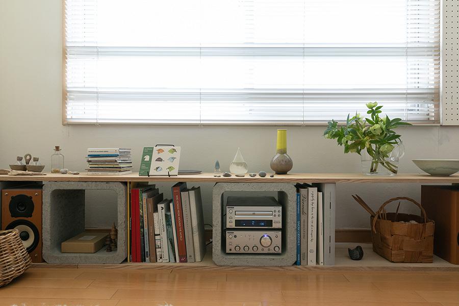 ご主人が昔から使っているという、ホームセンターで購入した配管用のコンクリートブロックに板を渡した棚を窓の下に。