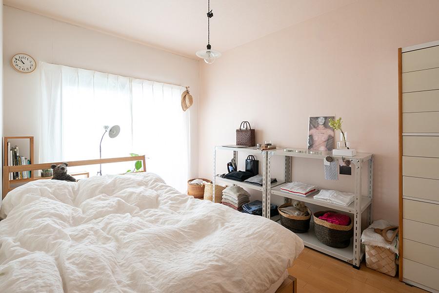 寝室はやわらかいピンクの壁紙で、よく眠れそうなあたたかい雰囲気。朝はこの部屋がいちばん明るいそう。